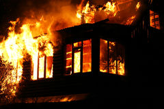 Παράθυρα του καίγοντας σπιτιού Στοκ Εικόνες