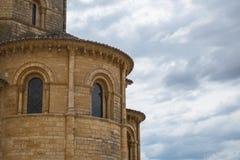 Παράθυρα του πύργου της Romanesque εκκλησίας στοκ φωτογραφία