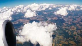 Παράθυρο άποψης τοπίων του πετώντας επιβατηγού αεροσκάφους απόθεμα βίντεο