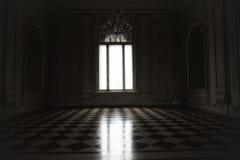 Παράθυρο αναμμένο με το μυστήριο άσπρο φως σε ένα απόκοσμο δωμάτιο που ενσωματώνεται Στοκ Εικόνα