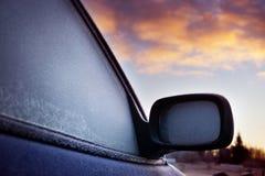 Παράθυρο αυτοκινήτων και δευτερεύων καθρέφτης που καλύπτονται με τον πάγο Στοκ Εικόνα
