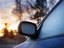Παράθυρο αυτοκινήτων και δευτερεύων καθρέφτης που καλύπτονται με τον πάγο Στοκ Φωτογραφίες