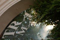 Παράθυρο γυαλιού με τη διαφήμιση του σημαδιού Στοκ εικόνες με δικαίωμα ελεύθερης χρήσης