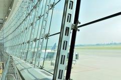Παράθυρο γυαλιού στο λόμπι αερολιμένων Στοκ Φωτογραφία