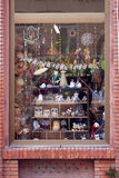 Παράθυρο ενός καταστήματος αναμνηστικών που διακοσμείται από τα χαριτωμένα πράγματα στοκ εικόνα με δικαίωμα ελεύθερης χρήσης
