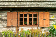 Παράθυρο ενός παλαιού ξύλινου εξοχικού σπιτιού Στοκ Εικόνα