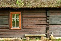 Παράθυρο ενός παλαιού ξύλινου εξοχικού σπιτιού Στοκ Φωτογραφίες