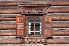 Παράθυρο ενός σπιτιού με τις ξύλινες γλυπτικές Στοκ Εικόνες