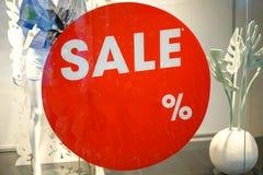 Παράθυρο επίδειξης καταστημάτων ενδυμάτων μόδας και σημάδι πώλησης στοκ φωτογραφία