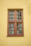 Παράθυρο και πορτοκαλής τοίχος στοκ φωτογραφίες με δικαίωμα ελεύθερης χρήσης