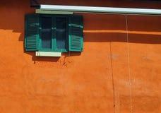 παράθυρο και τοίχος με την ηλιοφάνεια Στοκ Εικόνα