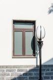 παράθυρο και streetlamp Στοκ φωτογραφία με δικαίωμα ελεύθερης χρήσης