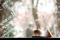 Παράθυρο καφέδων με τις γραφές στο γυαλί στοκ εικόνα