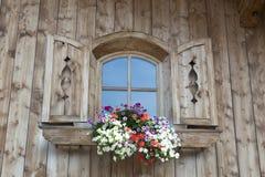 Παράθυρο με να βουίξει τα λουλούδια στην Αυστρία στοκ φωτογραφίες με δικαίωμα ελεύθερης χρήσης