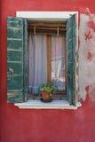 Παράθυρο με τα ανοιγμένα πράσινα παραθυρόφυλλα Burano Στοκ Φωτογραφία