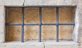 Παράθυρο με τα δικτυωτά πλέγματα σε ένα σπίτι πετρών Στοκ φωτογραφία με δικαίωμα ελεύθερης χρήσης