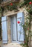 παράθυρο με τα κόκκινα τριαντάφυλλα στοκ φωτογραφίες με δικαίωμα ελεύθερης χρήσης