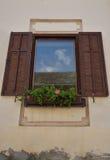 Παράθυρο με τα λουλούδια Στοκ Φωτογραφία