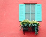 Παράθυρο με τα δοχεία λουλουδιών Στοκ φωτογραφία με δικαίωμα ελεύθερης χρήσης