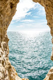 Παράθυρο με την ωκεάνια άποψη προκυμαιών Στοκ Εικόνα