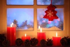 Παράθυρο με τη διακόσμηση Χριστουγέννων στοκ φωτογραφία με δικαίωμα ελεύθερης χρήσης