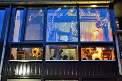 Παράθυρο με τις αστείες διακοσμήσεις Στοκ φωτογραφία με δικαίωμα ελεύθερης χρήσης