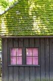 Παράθυρο με τις κόκκινες κουρτίνες Στοκ φωτογραφία με δικαίωμα ελεύθερης χρήσης