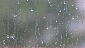 Παράθυρο με τις μειωμένες σταγόνες βροχής φιλμ μικρού μήκους
