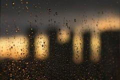 Παράθυρο με τις πτώσεις νερού βροχής στοκ φωτογραφία με δικαίωμα ελεύθερης χρήσης