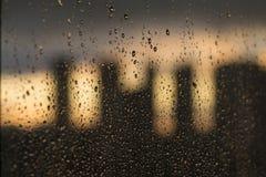 Παράθυρο με τις πτώσεις νερού βροχής στοκ εικόνα με δικαίωμα ελεύθερης χρήσης