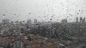 Παράθυρο με τις πτώσεις νερού βροχής στοκ εικόνες