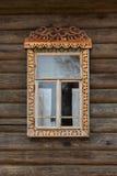 Παράθυρο με τις χαρασμένες ξύλινες περιποιήσεις Στοκ Φωτογραφία