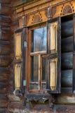 Παράθυρο με τις χαρασμένες ξύλινες περιποιήσεις Στοκ εικόνα με δικαίωμα ελεύθερης χρήσης