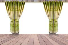Παράθυρο με τις όμορφες πράσινες κουρτίνες και το ξύλινο εσωτερικό πατωμάτων Στοκ φωτογραφία με δικαίωμα ελεύθερης χρήσης