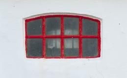 Παράθυρο με το κόκκινο πλαίσιο στοκ εικόνα με δικαίωμα ελεύθερης χρήσης