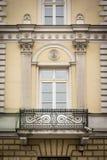 Παράθυρο μπαλκονιών στο παλαιό κατοικημένο κτήριο Στοκ Εικόνες
