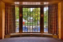 παράθυρο πλαισίων κόλπων αιθουσών συνεδριάσεων Στοκ φωτογραφία με δικαίωμα ελεύθερης χρήσης
