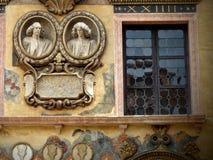 Παράθυρο που διακοσμείται με τα μενταγιόν δύο αποτυχιών των αγαλμάτων ενός αρχαίου παλατιού της Βερόνα στην Ιταλία στοκ φωτογραφίες με δικαίωμα ελεύθερης χρήσης