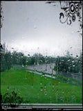 Παράθυρο που καλύπτεται στις σταγόνες βροχής Στοκ φωτογραφία με δικαίωμα ελεύθερης χρήσης