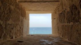 Παράθυρο που κοιτάζει έξω στη Μεσόγειο Στοκ Φωτογραφίες