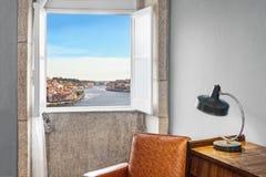 Παράθυρο που παρουσιάζει εξωτερική άποψη Στοκ Εικόνες