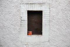 Παράθυρο που πλαισιώνεται στον ασπρισμένο τοίχο της αλέας σε ένα χωριό, Άλπεις της Τοσκάνης Στοκ φωτογραφία με δικαίωμα ελεύθερης χρήσης