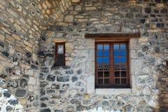 Παράθυρο σε έναν παλαιό τοίχο βασαλτών στο γραφικό χωριό Mirabel Ardèche, Γαλλία Στοκ Εικόνες