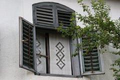 Παράθυρο σε ένα παλαιό σπίτι Sekler Στοκ Φωτογραφίες
