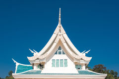 Παράθυρο σε μια στέγη ενάντια στο μπλε ουρανό με τη μορφή τριγώνων σε Thaila Στοκ Φωτογραφία