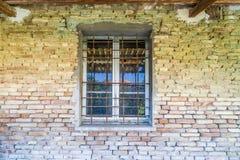 παράθυρο σιδεροβέργων στο τουβλότοιχο Στοκ Φωτογραφία