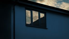 Παράθυρο σπιτιών που απεικονίζει την ανατολή απόθεμα βίντεο