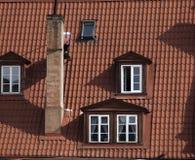 Παράθυρο στη στέγη κεραμιδιών Στέγη κεραμιδιών στο παλαιό κτήριο Στοκ Εικόνα
