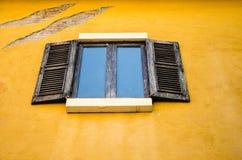Παράθυρο στον κίτρινο τοίχο Στοκ εικόνα με δικαίωμα ελεύθερης χρήσης
