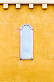 Παράθυρο στον κίτρινο τοίχο Στοκ εικόνες με δικαίωμα ελεύθερης χρήσης